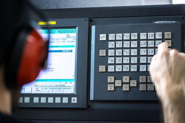 Причины не затягивать с ремонтом мониторов и панелей оператора