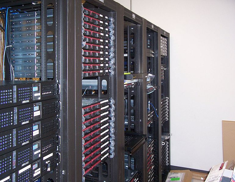 Для выполнения каких задач предназначена серверная стойка?