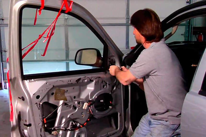 Когда нужно чинить поврежденную дверь в автомобиле?