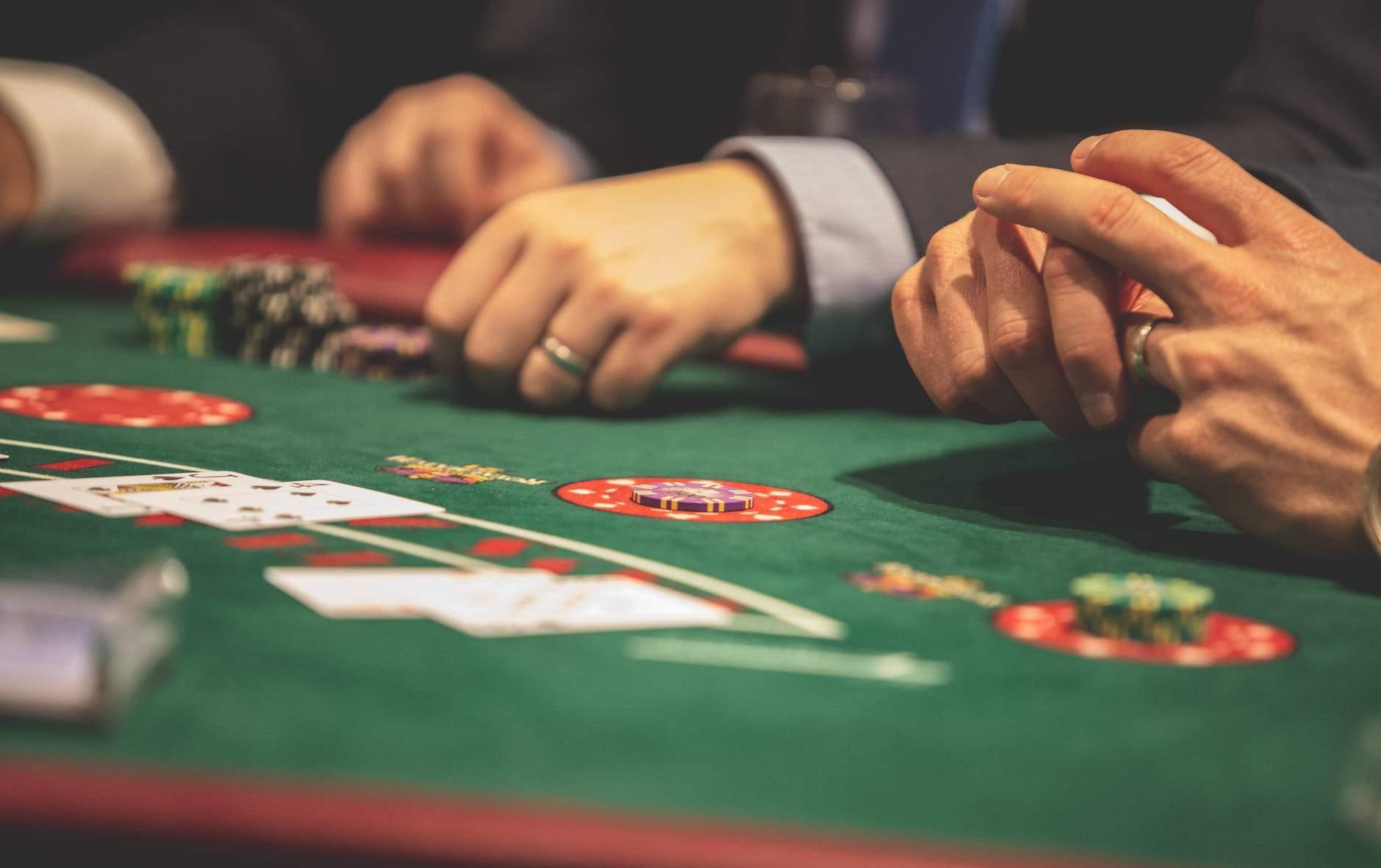 ПМ Казино дает возможность выгодно играть на деньги