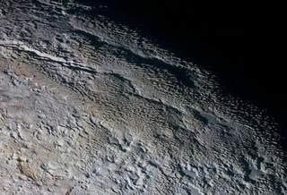 На Плутоне обнаружены «ледяные башни» высотой 500 метров